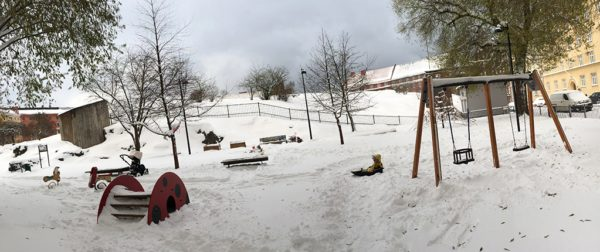 Härligt att få plumsa omkring i snön. Så här såg det ut i lekparken efter att vi byggt gångar i en timme.