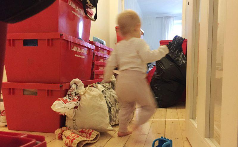 Varje flytt bör föregås av flera dagars packande. Varken far eller barn tycker att det här är särskilt roligt.