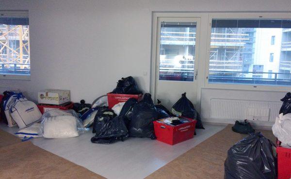Mitt på dagen hade vi åtminstone lyckats få några lådor flyttade. Men vi skulle hålla på långt in på kvällen ännu.