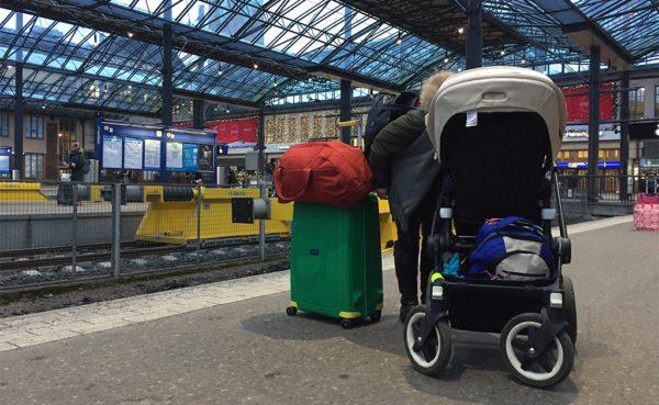 Att åka tåg går väldigt bra med Putte. Det bästa är om man lyckas knipa en familjehytt. Vi hade båda vägarna.